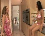 Cuando tu chica lesbiana te espera en bikini en la cocina