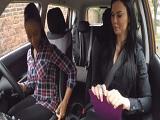Lesbianas se follan los coños dentro del coche