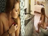 Madura espía a su hija en el baño hasta que se la acaba follando