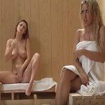 A dos mujeres les entra el calentón en la sauna y acaban follando