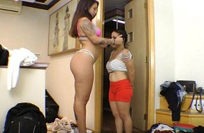 Lesbiana musculosa se folla a una enana