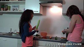 Lesbianas españolas besándose apasionadamente en la cocina