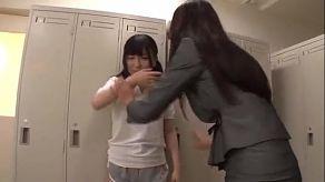 Profesora asiática comiendo el coño de su alumna japonesa